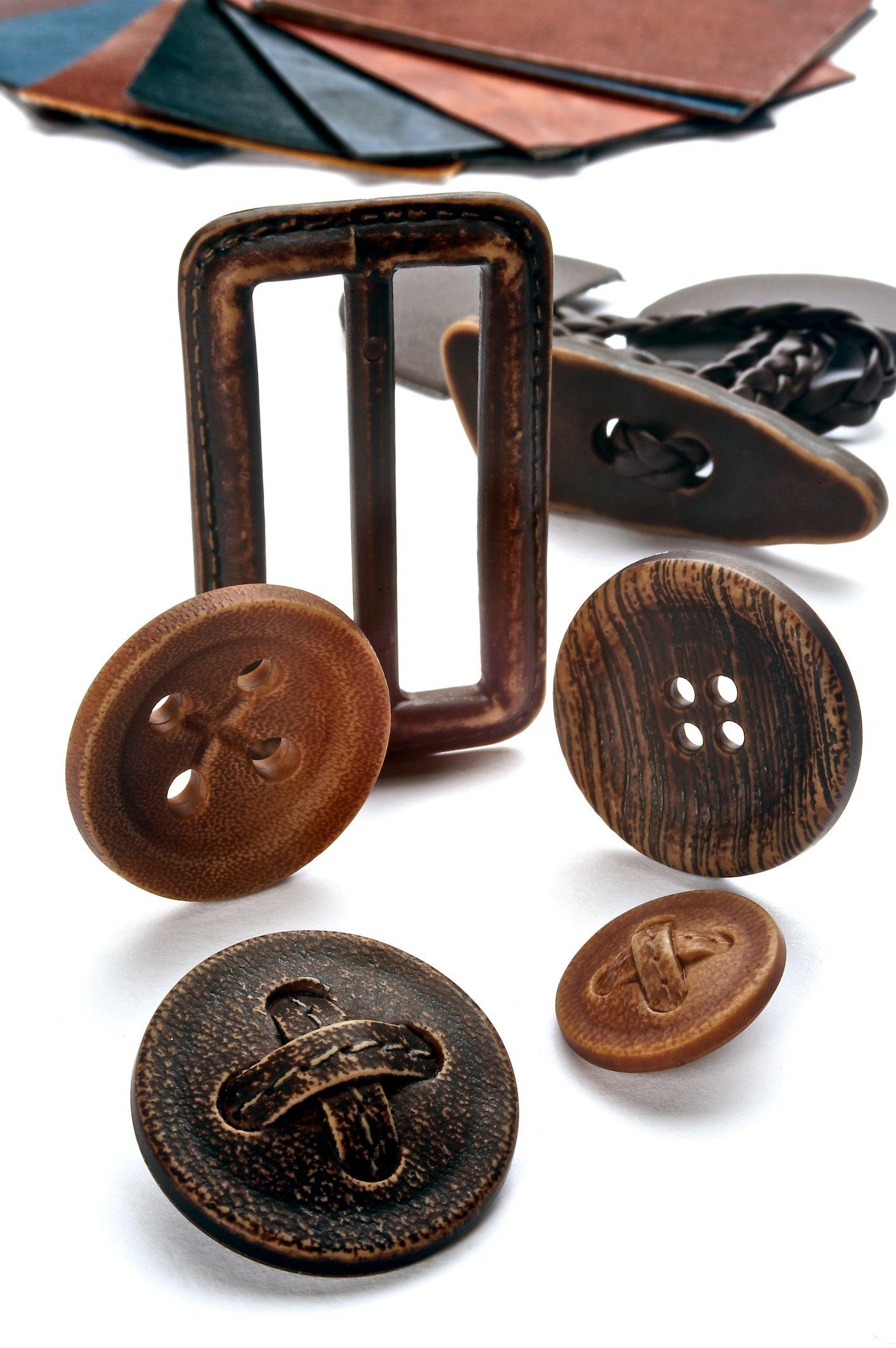 Bottoni in stile legno e una fibbia