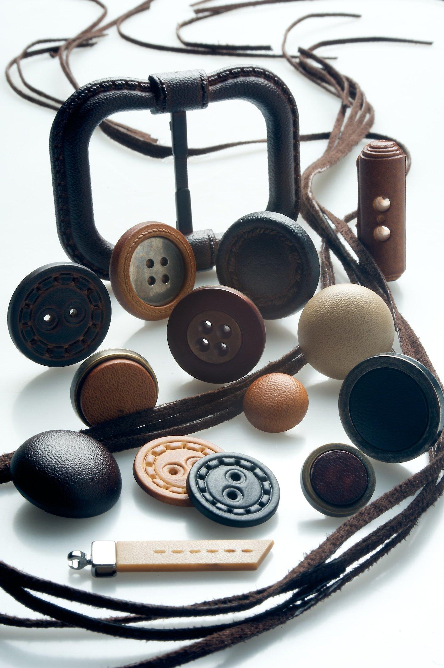 Fibbie classiche e bottoni in abbinamento