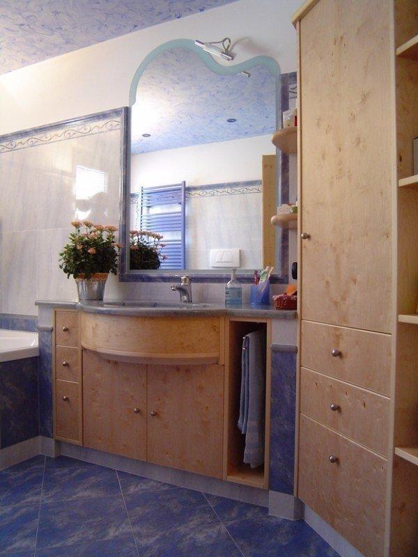 armadio in legno per bagno