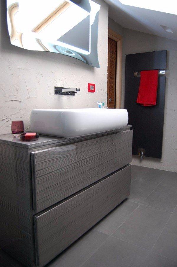 mobile in legno poggia lavabo