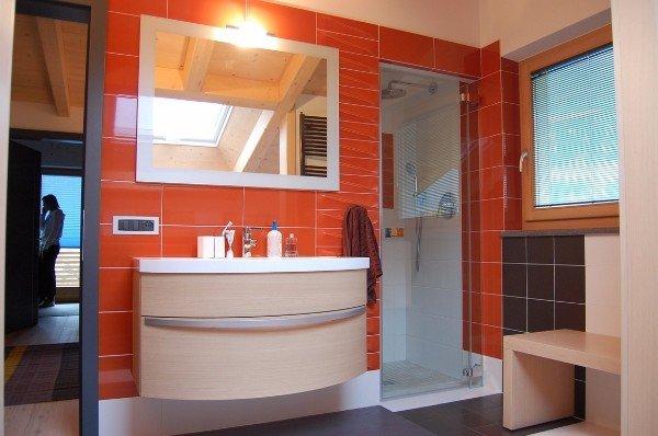 bagno con parete arancione