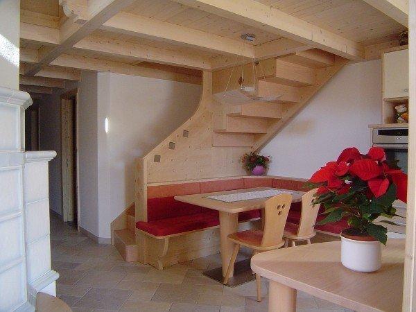 angolo cucina con scala in legno