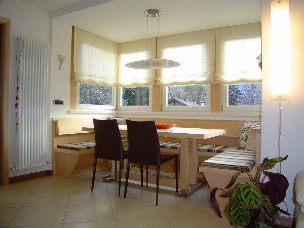 tavolo soggiorno con panche a parete