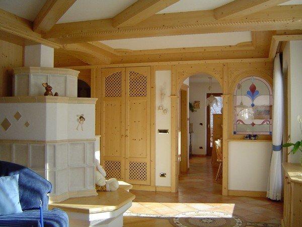 stanza con travi e mobili in legno
