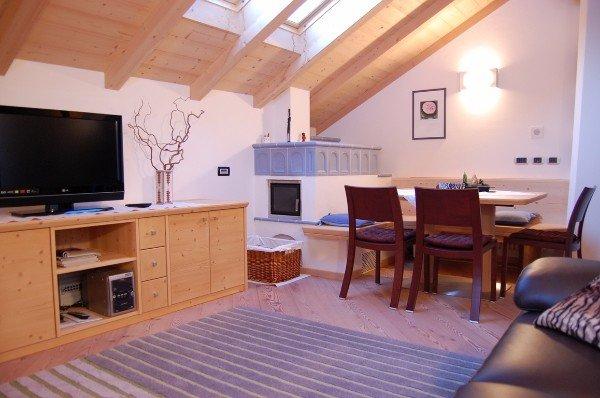 soggiorno con grande credenza porta TV in legno