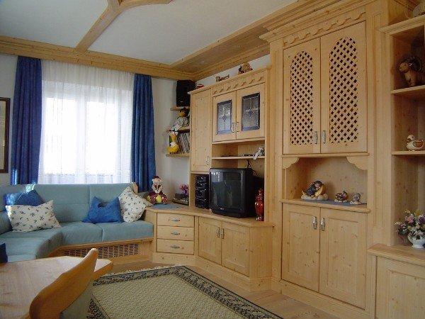 grande parete in legno con armadio