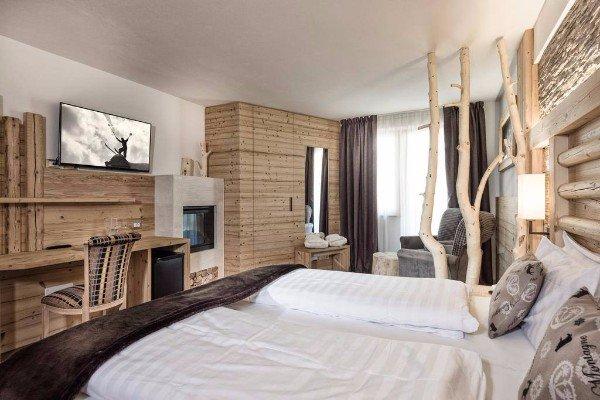 stanza da letto con pareti e mobili in legno