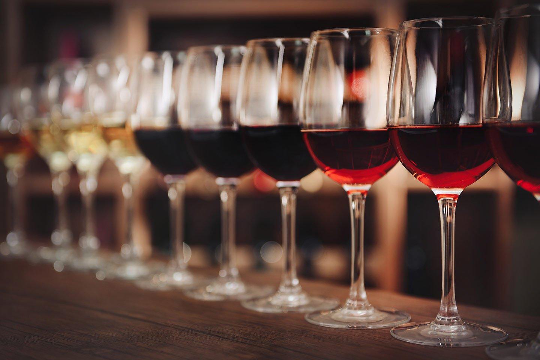 vari calici con vino rosso