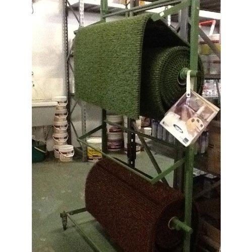 dei rotoli di tappeto marroni e verdi
