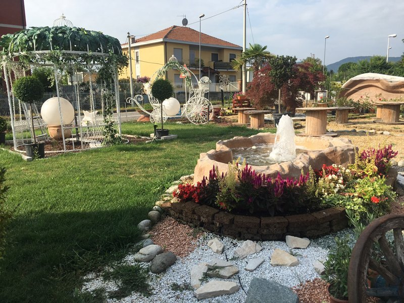 fontane e gazebo in esposizione all'esterno del vivaio