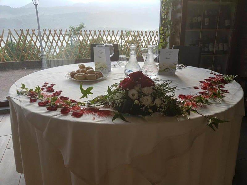 tavolo degli sposi con decorazione di fiori
