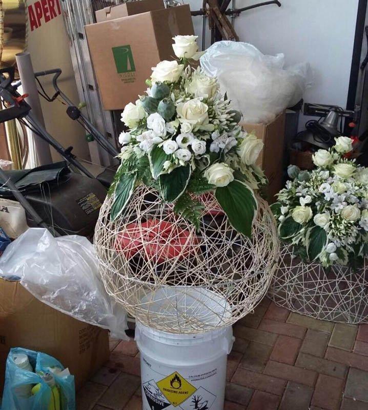 preparazione di una composizione floreale