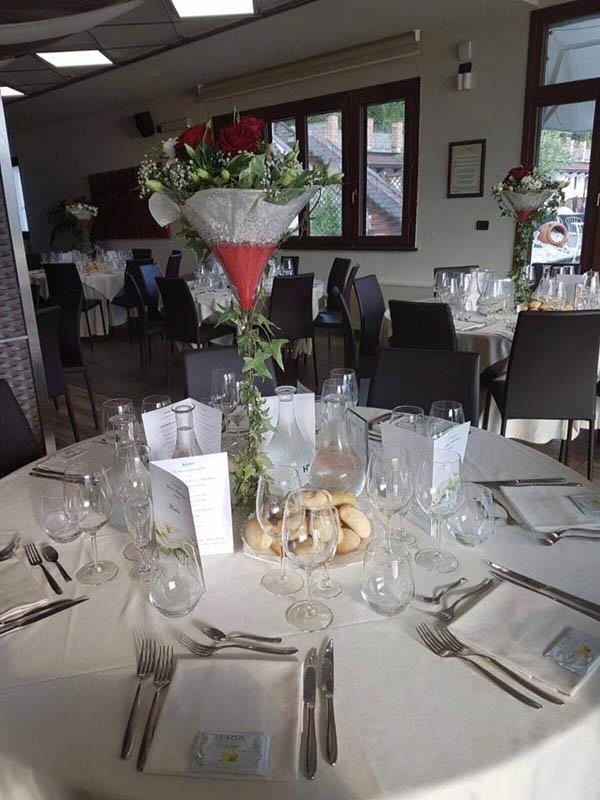 sala di un ristorante con allestimento floreale