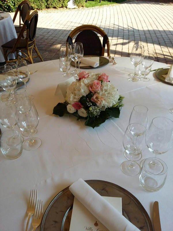tavolo con centrotavola di rose