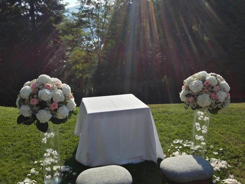 bouquet di fiori bianchi e rosa