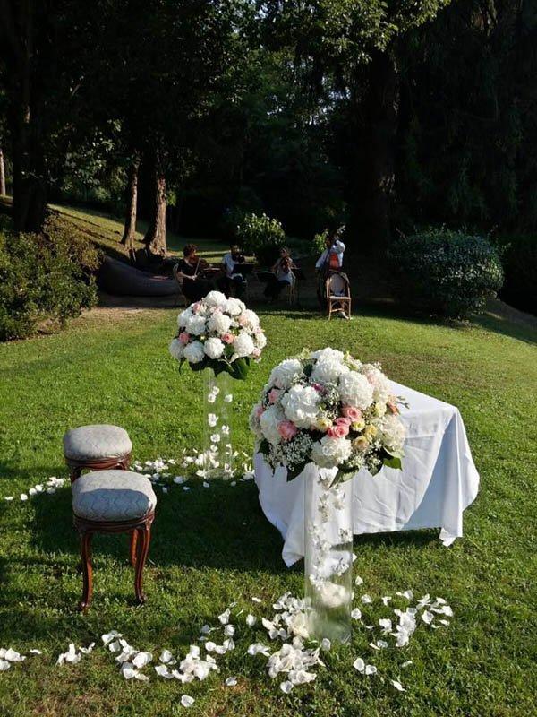 poltrona e poggiapiedi all'aperto con bouquet di fiori