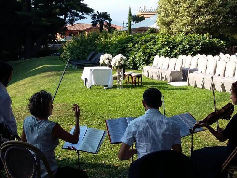 matrimonio all'aperto e tavolo per sposi con bouquet