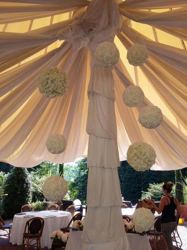 sfere floreali per allestimento da cerimonia in gazebo