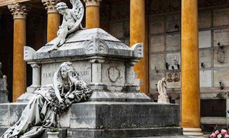 Un monumento raffigurante una donna e un angelo