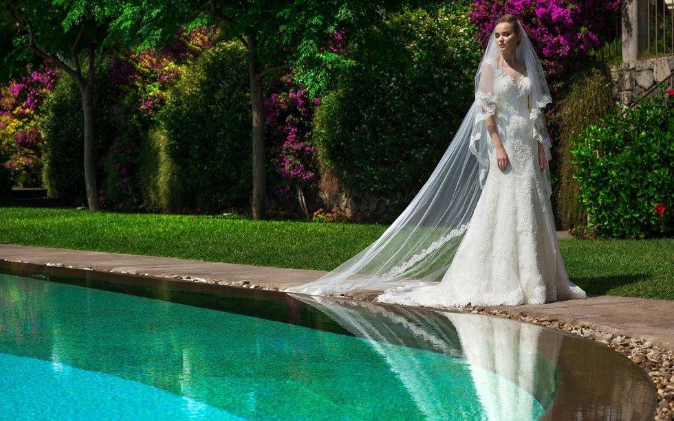 abito da sposa con velo e strascico