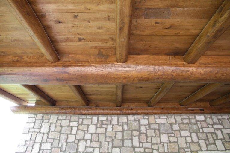 un sottotetto di legno