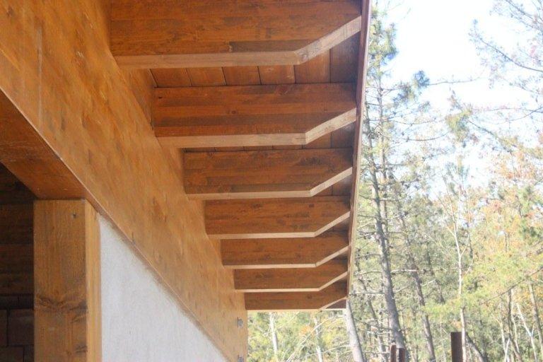 il bordo di un tetto di legno