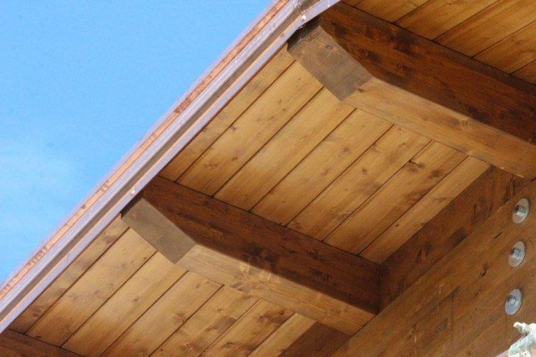 un tetto in legno