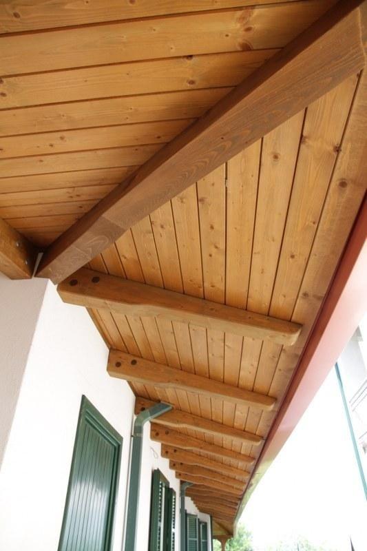un tetto in legno e vista delle finestre con le persiane