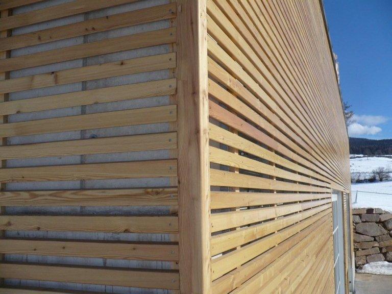 vista ravvicinata di uno stabile in legno