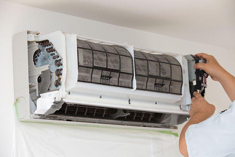 Operaio monta un climatizzatore