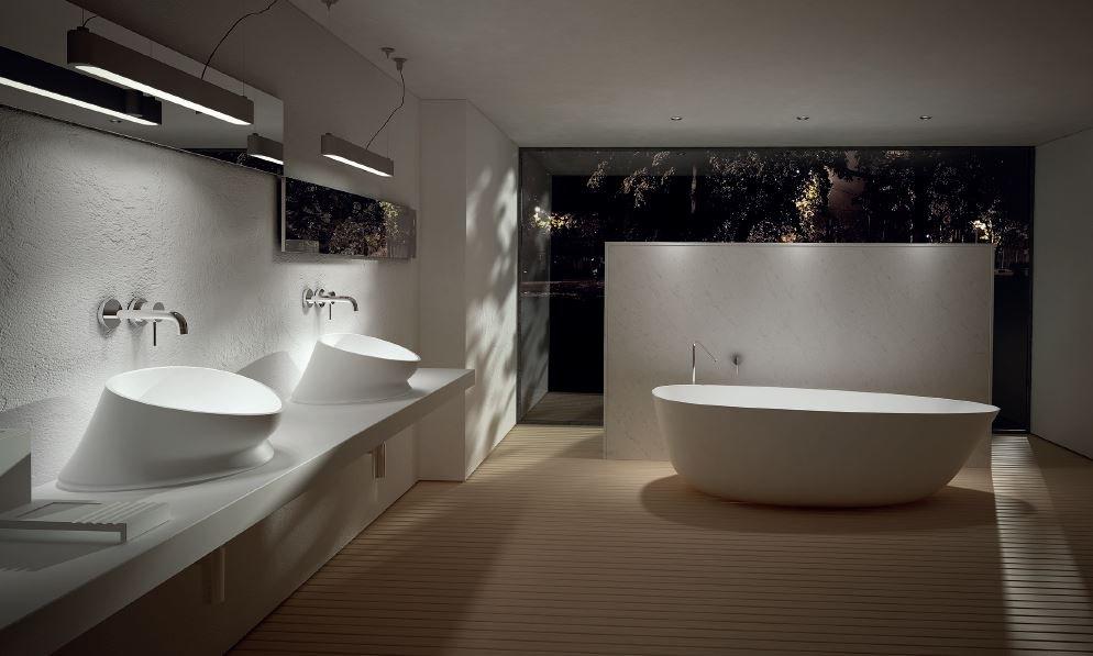 vista di bagno con lavabi e vasca