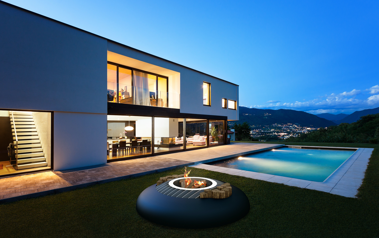 vista di un albergo con piscina e montagna