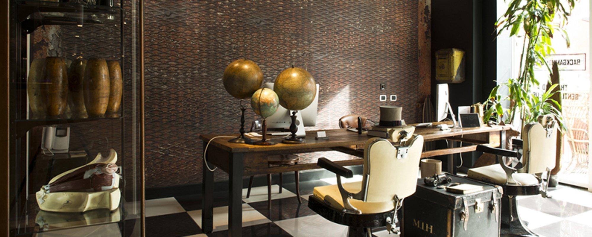 studio con tre mappamondi appoggiati sulla scrivania