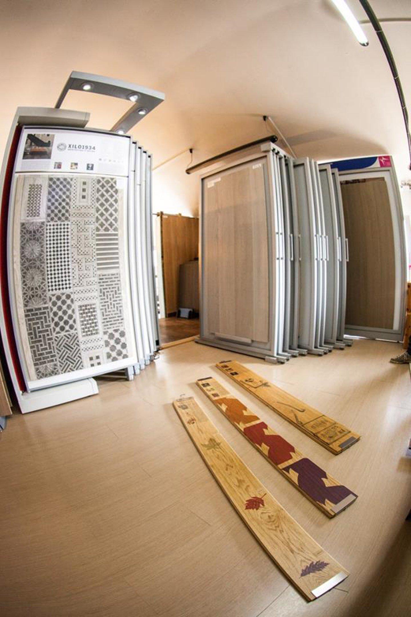 magazzino con forniture per arredamenti vari