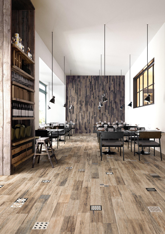 vista di un ristorante con scaffale di vini