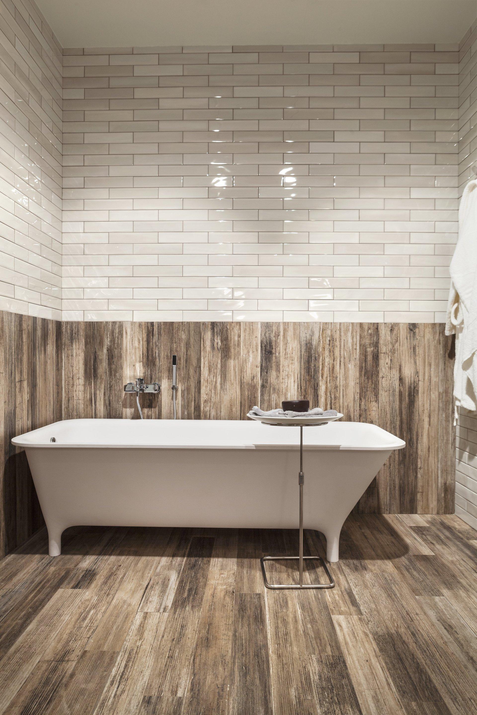 vasca da bagno con arredamento in legno