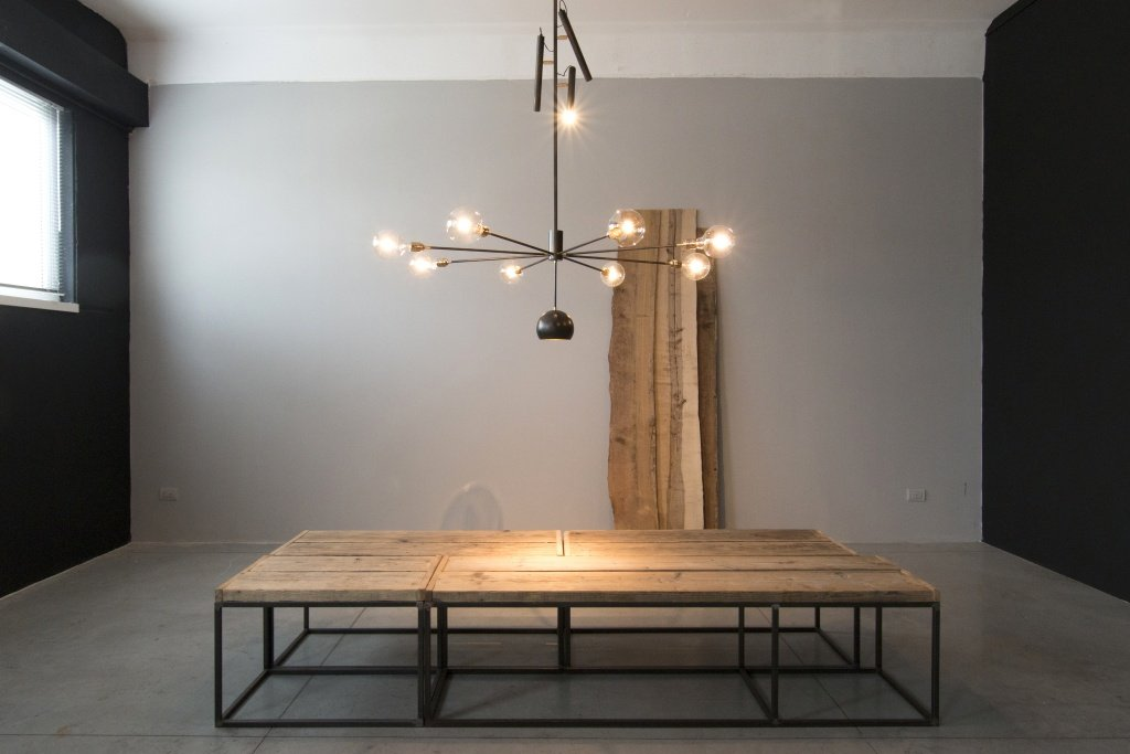lampada su un tavolo in legno