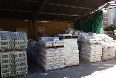 materiale edile in un magazzino all'aperto