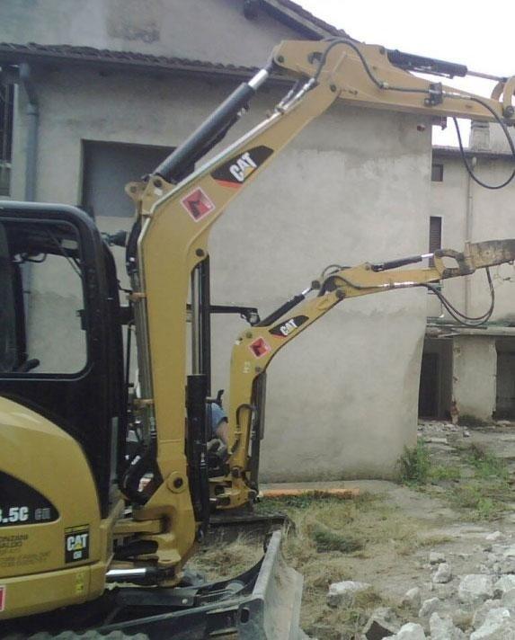 Demolizione edificio con pinza frantumatrice