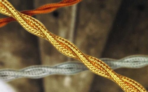 un cavo treccia seta dorato