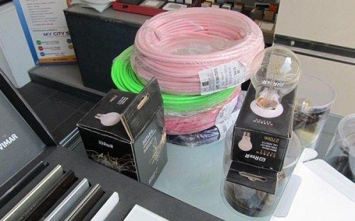 delle confezioni con delle lampadine dei cavi