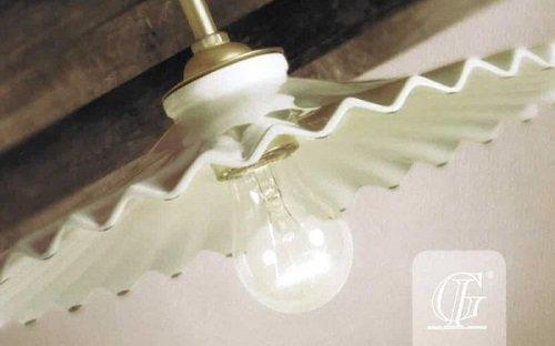 la lampadina accesa  di un lampadario