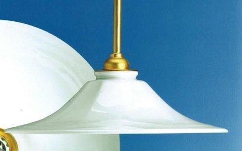 un lampadario in porcellana di color bianco