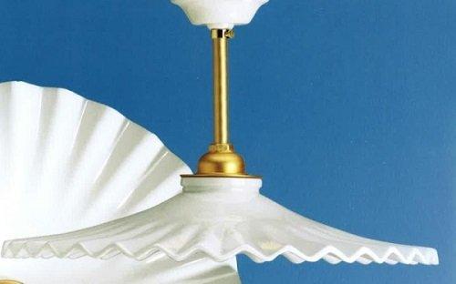 un lampadario in porcellana bianco