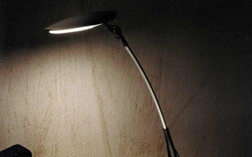 una lampada  nera accesa