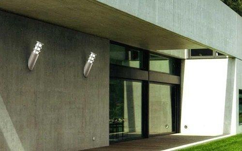 delle luci sulla facciata esterna di un edificio