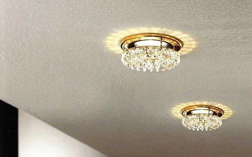 dei faretti a forma di piccoli lampadari