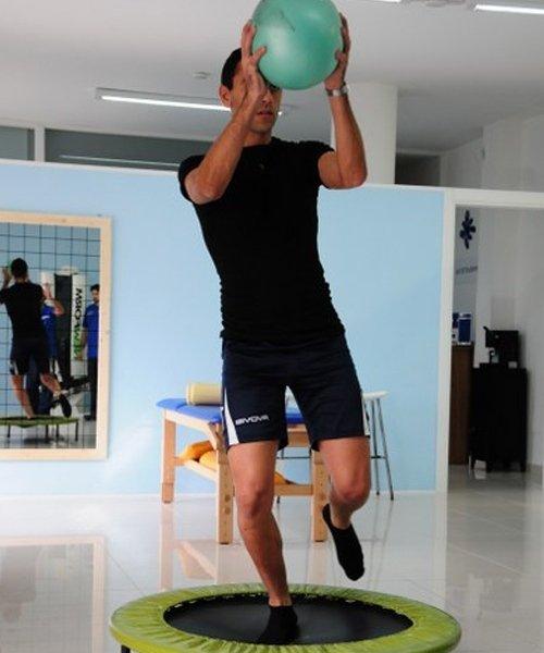Esercizio tappeto elastico e palla