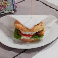 panino con mozzarella e pomodoro