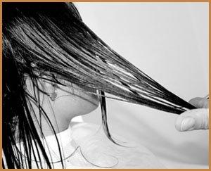 dita di parrucchiere che tagliano i capelli